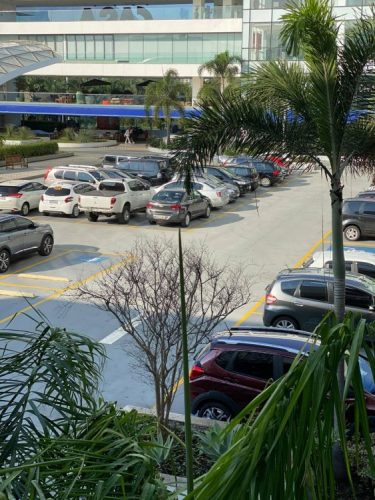 foto do estacionamento do Casa Shopping ceheio de carro.