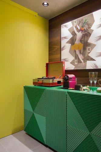 O poder das cores na decoração, parede amarela, aparador verde, cafeteira rosa