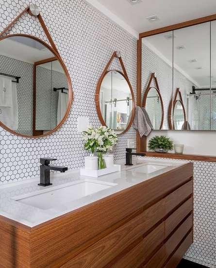 O espelho Adnet na decoração já virou um clássico, doi espelhos pendurados em cima da bancada do baneheiro . Um em cd cuba