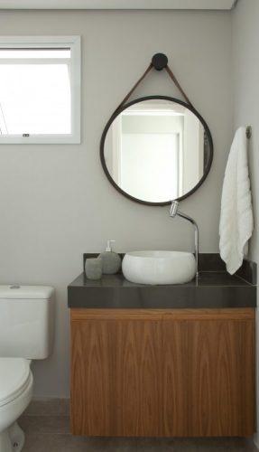 O espelho Adnet na decoração já virou um clássico, na lavabo