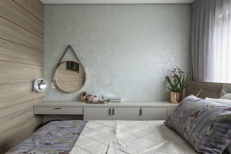 O espelho Adnet na decoração já virou um clássico, no quarto em cima da penteadeira