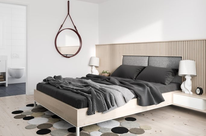 O espelho Adnet na decoração já virou um clássico, na parede do quarto ao lado da cama