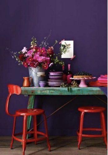 O poder das cores na decoração, parede roxa e bancos vermelhos