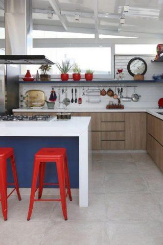 O poder das cores na decoração, cozinha branca com bancos vermelhos e balcão azul