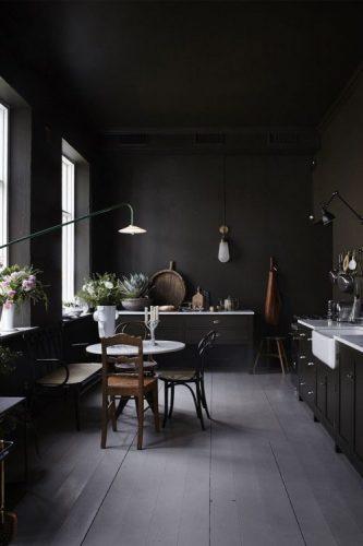 O poder das cores na decoração, cozinha com tonalidades de preto na parede, armarios, piso e cadeiras