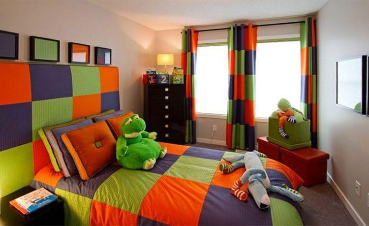 O poder das cores na decoração, quarto infantil com colcha, cortina e cabeceira em tecido xadrez nas cores: laranja, verde e azul