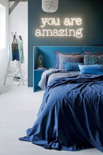 O poder das cores na decoração, quarto com tonaliades de azul na parede, roupa de cama e cabeceira