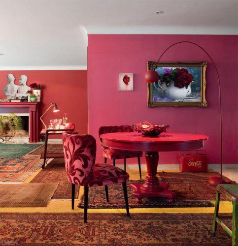 O poder das cores na decoração, sala com tonalidades de rosa nas paredes, na mesa redonda e nas cadeiras