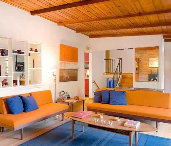 O poder das cores na decoração, sala com sofá laranja e almofadas azuis