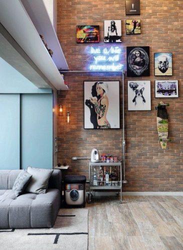 PAREDES EM DESTAQUE. Sala decorada em estilo industrial, Com parede de tijolinhos, quadros e neon na parede