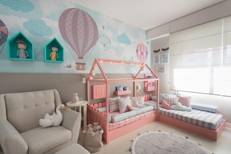 PAREDES EM DESTAQUE. Quarto de criança, com painel de papael de parede com balões e cama rosa baixa