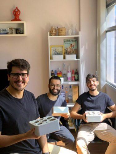Primeira horta residencial inteligente do Brasil, Brota. Fotos de 3 meninos criadores da horta em caixa , todos de camiseta preta