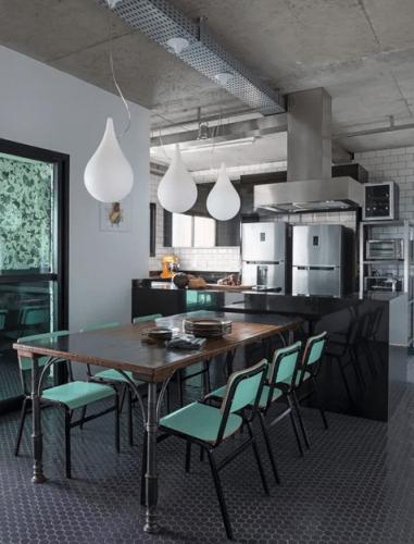 AZULEJO DE METRÔ: IDEIAS PARA SE INSPIRAR, cozinha estilo industrial, cadeiras azuis retro