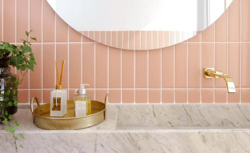AZULEJO DE METRÔ: IDEIAS PARA SE INSPIRAR, na cor rosinha clara e colocado em pé , em cima da bancada do banheiro