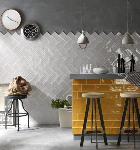 AZULEJO DE METRÔ: IDEIAS PARA SE INSPIRAR, bancada solta na cozinha revestida com tijolinho amarelo e na parede atras com o tijolinho branco