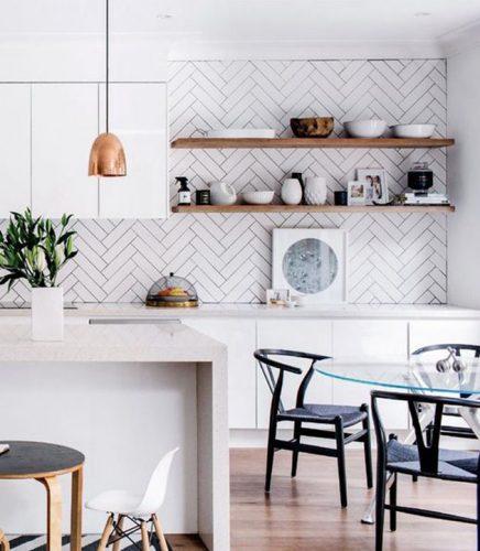AZULEJO DE METRÔ: IDEIAS PARA SE INSPIRAR, cozinha integrada a sala e na parede de fundo o tijolinho aplicado na paginação espinha de peixe