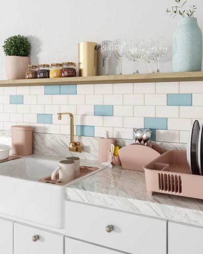 AZULEJO DE METRÔ: IDEIAS PARA SE INSPIRAR, em cima da bancada da cozinha , o revestimento na cor branca e salpicdo com lgumas peças azul turquesa