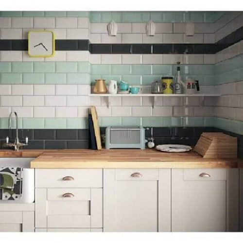 AZULEJO DE METRÔ: IDEIAS PARA SE INSPIRAR, na parede da cozinha, em cima da bancada os tijolinhos colocados em filas listradas de branco, turquesa e azul , até o teto