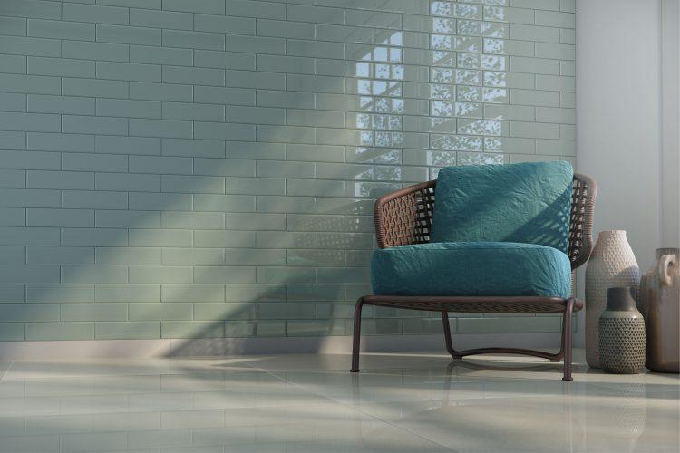 AZULEJO DE METRÔ: IDEIAS PARA SE INSPIRAR, parede inteira com os tijolinhos na cor aul clara e na frente uma cadeira de palha com estofado azul