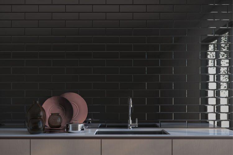 AZULEJO DE METRÔ: IDEIAS PARA SE INSPIRAR, em cima da bancada da cozinha o revestimento na cor preta