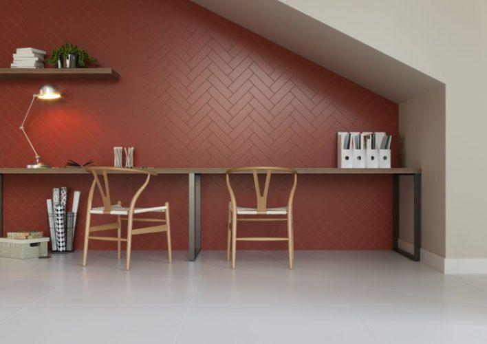 AZULEJO DE METRÔ: IDEIAS PARA SE INSPIRAR, na cor tijolo e paginação espinha de peixe na parede de fundo da bancada de estudos