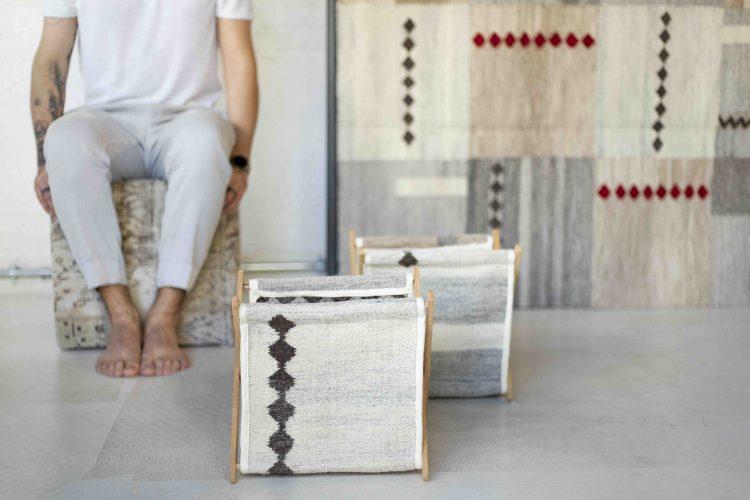 Upcycling - Coleção de objetos de decor e moda com de sobras de tapetes. revisteiro na cor cinza