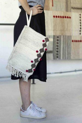 Upcycling - Coleção de objetos de decor e moda com de sobras de tapetes. Bolsa modelo carteira feita a partir de um tapete mescla