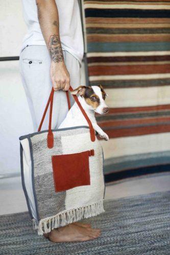 Upcycling - Coleção de objetos de decor e moda com de sobras de tapetes.Bolsa com alça vemelha e corpo cinza , dentro um cachorrinho