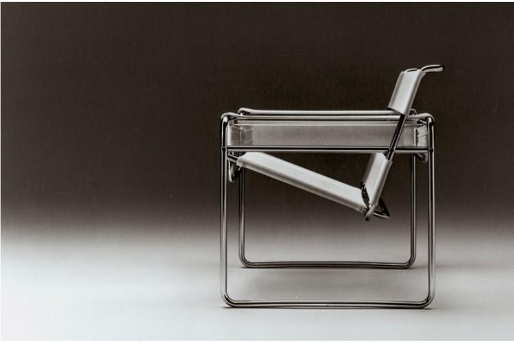 Wassily Chair. Poltrona Wassily design de Marcel Breuer. Foto de lado da poltrona eveidencaindo seu desenho tubular