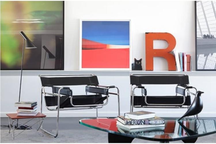 Wassily Chair. Poltrona Wassily design de Marcel Breuer. Sala com duas poltronas pretas