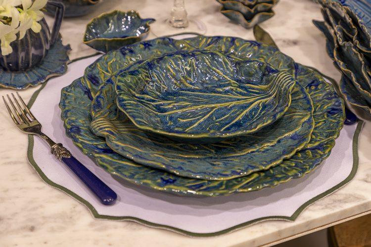 Lugar na mesa posta com louça em porcelana no formato de folha