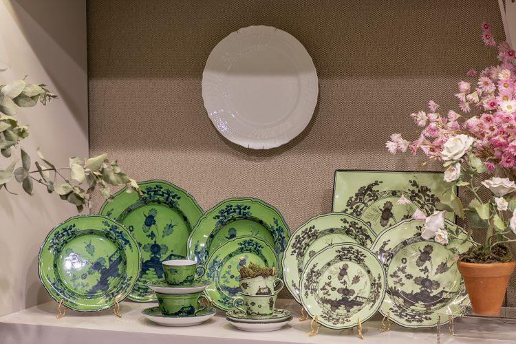 Loja de objetos de decoração, pratos de porcelana estampados na cor verde