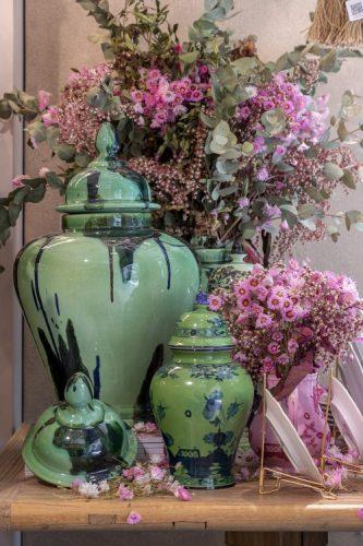 Potiches verdes com flores empre vivas rosa