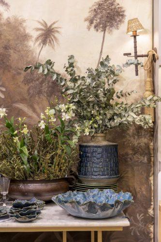 Loja de moveis e objetos decorativos, saladeira azul, vaso de planta azul com folhagnes de eucalipto