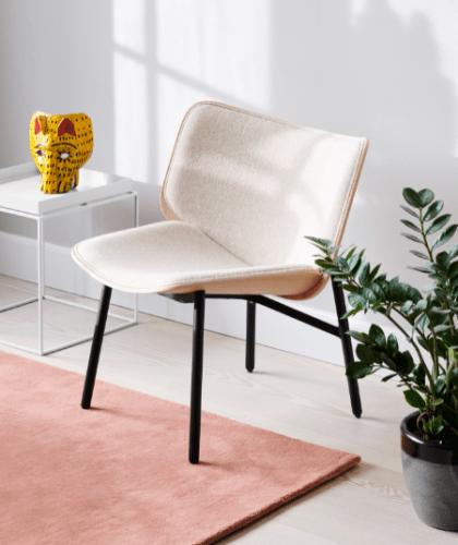 A marca dinamarquesa HAY chega ao Brasil, cadeira com o enconsto um pouco maior. branca com pés pretos
