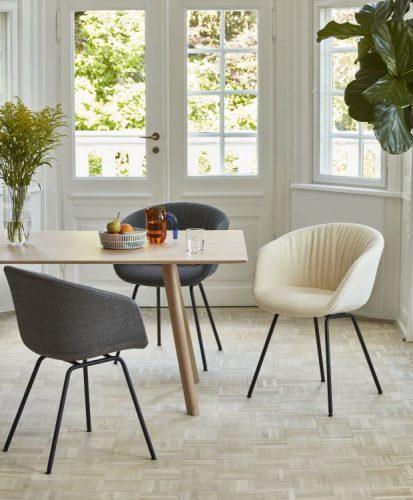 sala clara com porta de madeira e vidro para a varanda.mesa e madeira e tres cadeiras