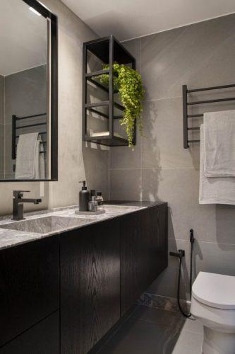 Banheiro com armarios na cor preta