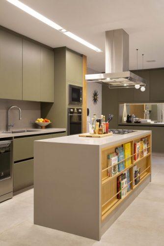 Cozinha com armarios verdes e uma ilha central