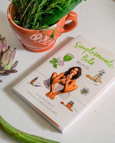 Bela Gil apresentam mudanças que começam pela cozinha, livro da apresentadora com uma foto dela na capa , simplesmente Bela