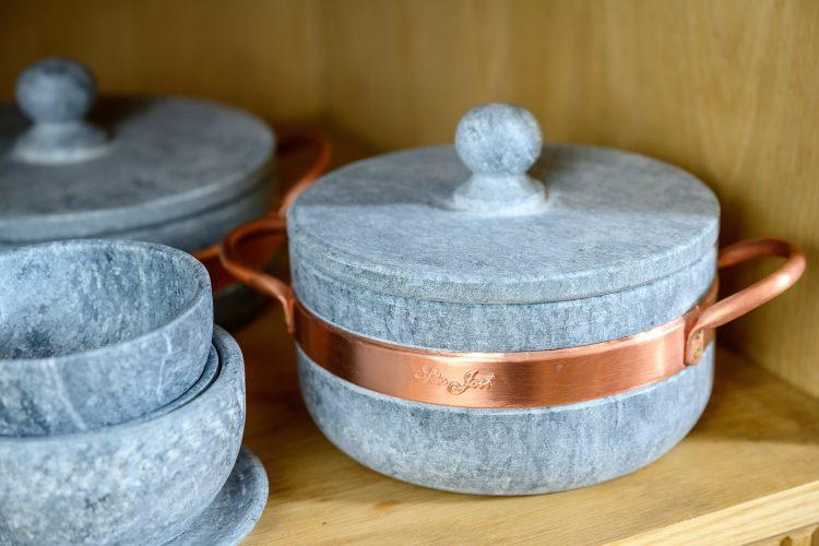 Bela Gil apresentam mudanças que começam pela cozinha. Panelas de pedra sabão com alça de cobre