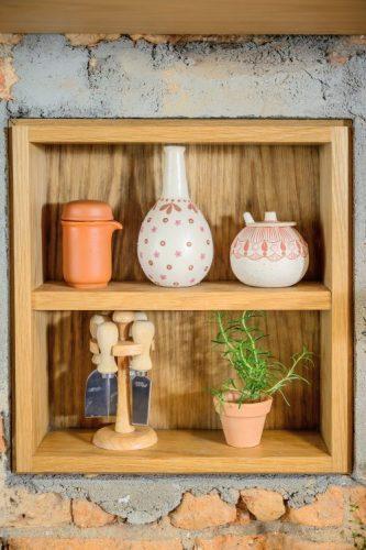 Utensilios de barro para a cozinha e um vasinho de Alecrim