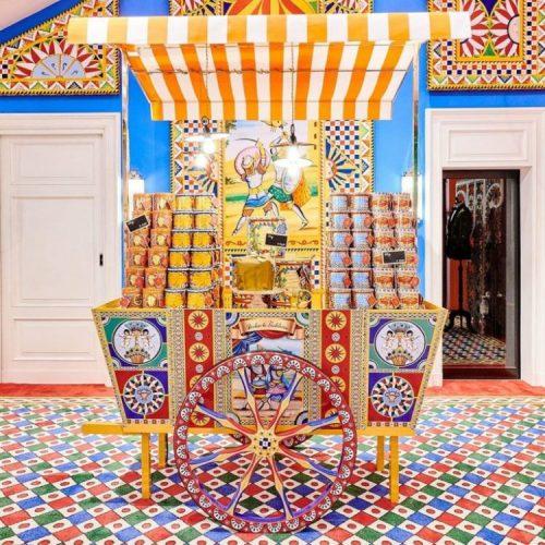 Dolce&Gabbana assina embalagens de panettone, carrinho todo enfeitado e muito colorido com as latas de panetone