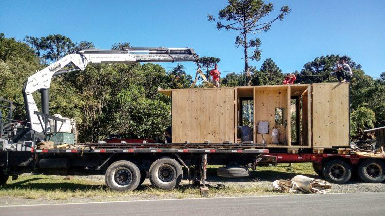 Casas Modulares, sistemas pré-fabricados sendo transportado no caminhão