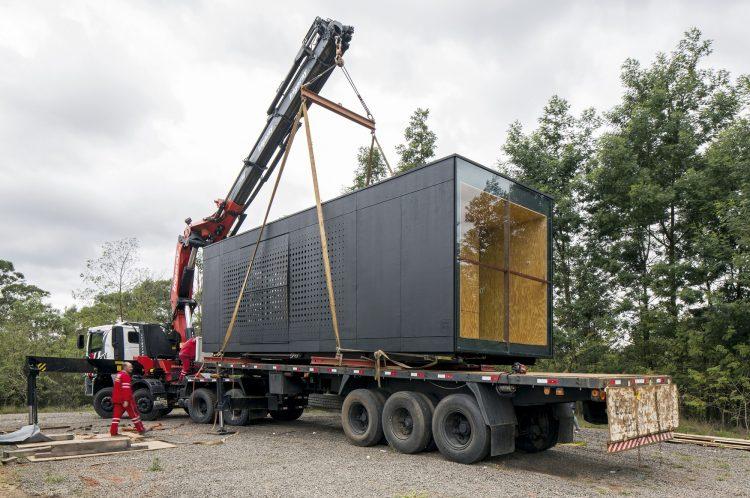 Casas Modulares, sistemas pré-fabricados sendo transportada no caminhão
