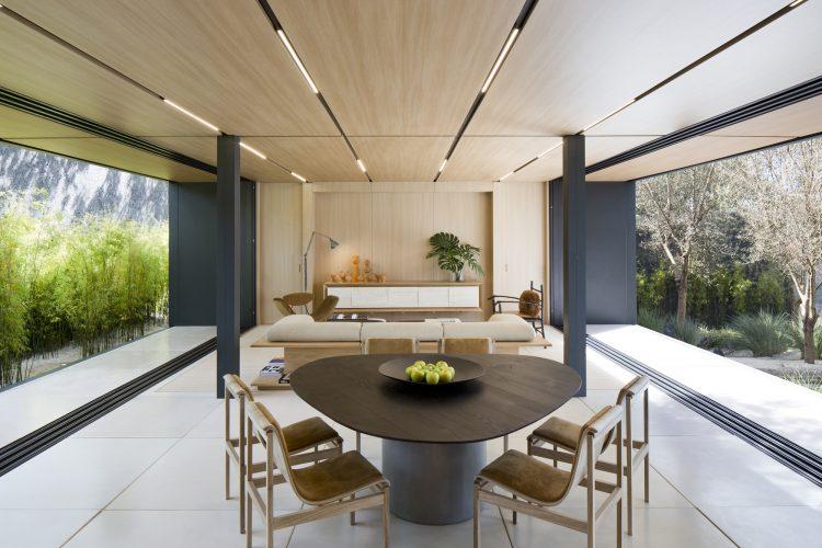 Casas Modulares, sistemas pré-fabricados.Aberta nas laterais, teto revestido em madeira. Mesa redonda e sofá