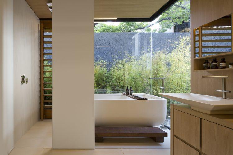 Casas Modulares, sistemas pré-fabricados. Banheiro com uma banheira e vidros nas laterais
