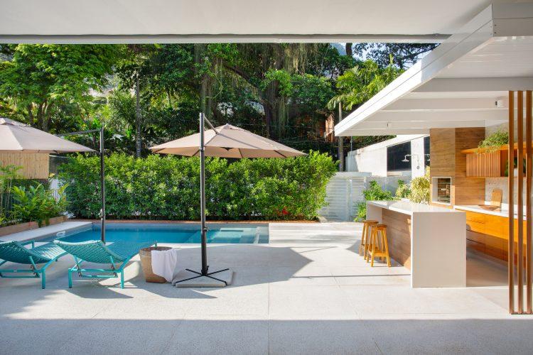 Area da piscina em uma casa no Jardim Botanico. Piscina, area para banvada e churrasqueira