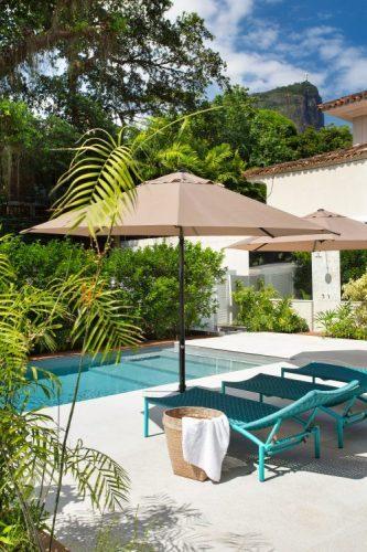 Casa no Jardim Botanico. Piscina zaul com espreguiçadeira turquesa