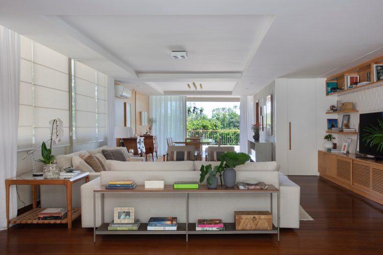 Sala ampla e clara com sofás claros