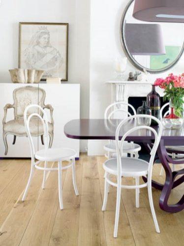 seleção de 10 cadeiras icônicas do design, THONET. Cadeiras brancas em volta de uma mesa preta